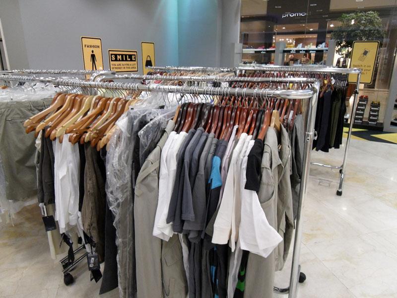 Stender a gondola l 39 altrameta arredo negozi - Porta abiti con ruote ...